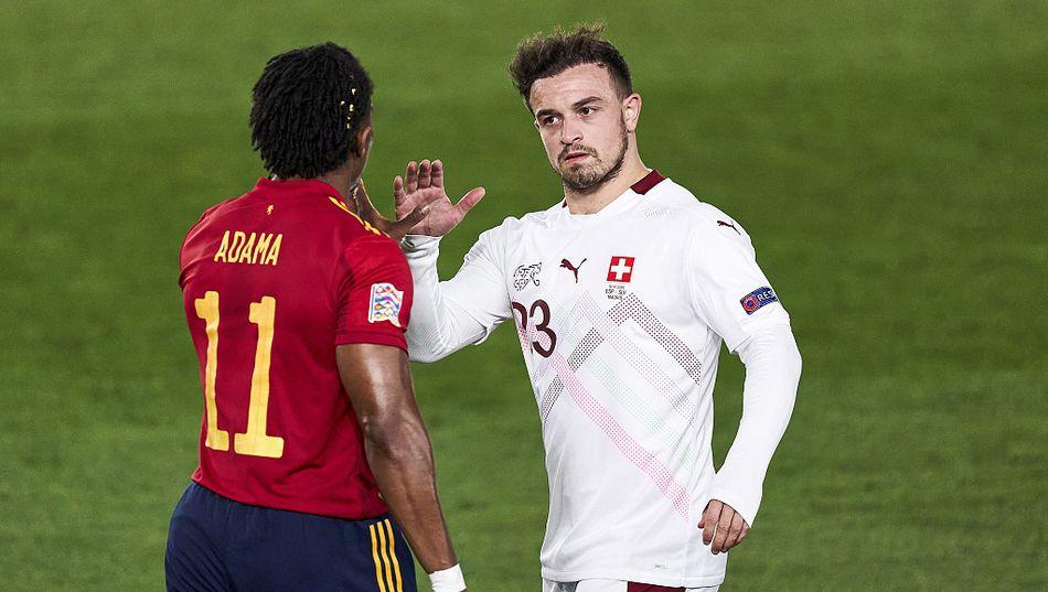 阿达马-特劳雷与沙奇里在比赛中交流。-3