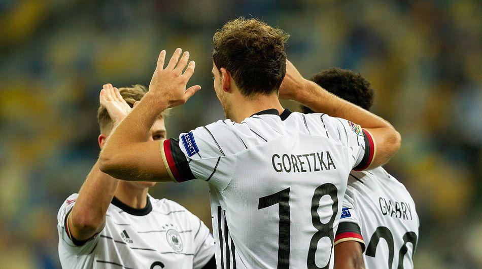 戈雷茨卡与队友庆祝进球。-9