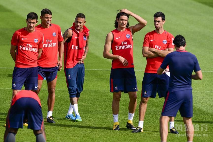 巴黎圣日耳曼训练备战,内马尔不受新闻影响,缠球衣搞怪。