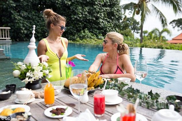 昔日英超第一女神凯莉布鲁克,日前为维多利亚秘密泳装系列拍摄时尚大片,她和另外一个名模,来到泰国普吉岛和吉沙拉度假海滩,拍摄性感泳衣装束。虽然已经年近40,但是凯莉布鲁克依然风采不减当年。