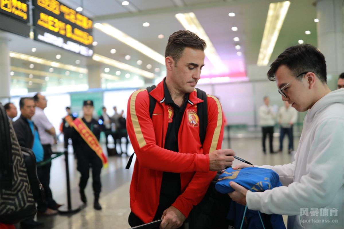 亚冠击败济州联后,广州恒大载誉回到广州,在白云机场,广州球迷疯狂追星,抓住阿兰卡纳瓦罗等求签名合影。