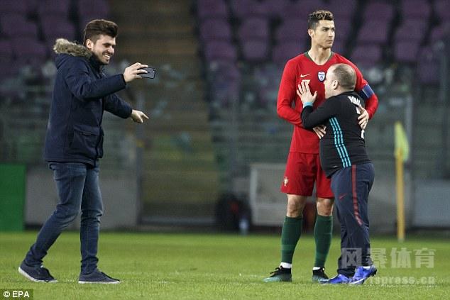 葡萄牙0-3荷兰,球迷硬闯球场强吻C罗。