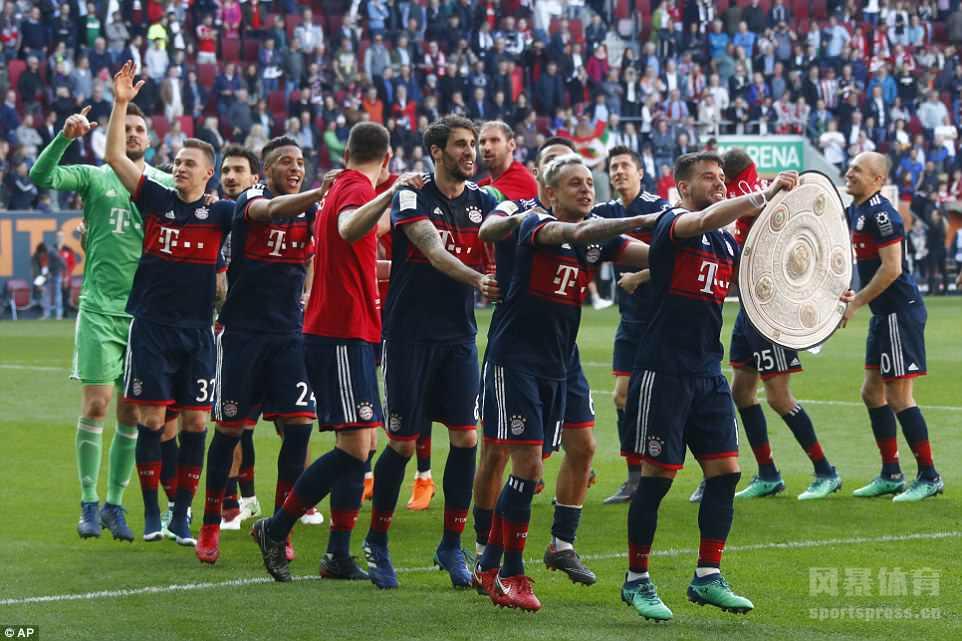 在昨晚结束的德甲第29轮比赛中,拜仁慕尼黑客场挑战奥格斯堡,拜仁在落后的局面下,最终凭借J罗、罗本的进球客场4-1逆转取胜。29轮过后,拜仁积分高达72分,提前5轮夺取德甲冠军,史无前例的创下了德甲六连冠的纪录。