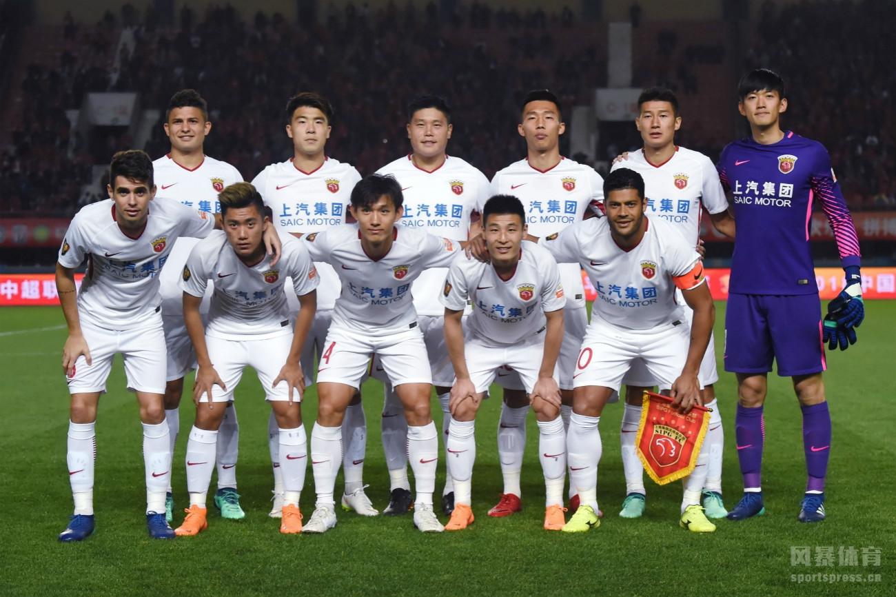 客场作战的上海上港以2:1击败河南建业,取得中超五连胜。王燊超与埃尔克森为球队建功,尽管在下半时,上港队张一被红牌罚下,但全队依然顶住压力,以十人作战守住胜果。