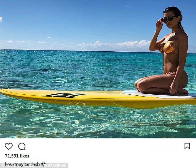 卡戴珊姐妹海岛度假,心情极好的她们身着比基尼性感出镜,大秀魔鬼身材。