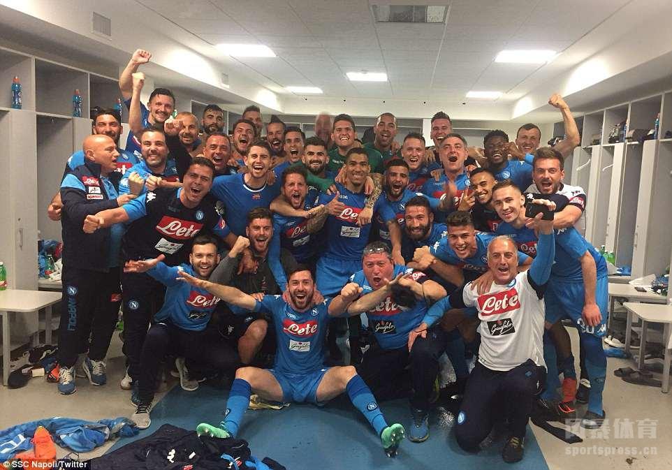意甲第34轮,尤文图斯主场0-1不敌那不勒斯,那不勒斯中卫库里巴利89分钟头槌绝杀。目前,联赛还剩下4轮,那不勒斯只差斑马1分了。