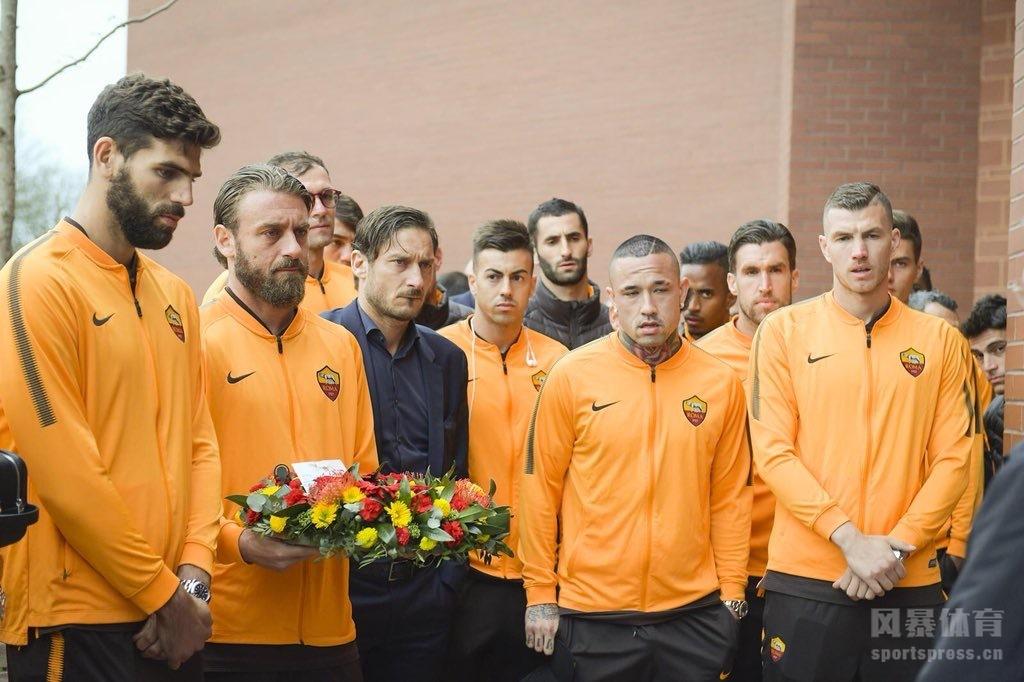 欧冠赛前,罗马全队在抵达利物浦后第一时间来到安菲尔德球场,悼念希斯堡惨案中不幸辞世的96位球迷,罗马队长德罗西代表俱乐部献上花圈