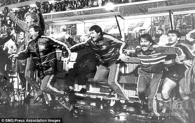 曼联老帅弗格森,日前因为脑溢血突入入院,一起祝福这名英超最成功的主帅早日康复。