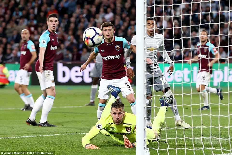 曼联与西汉姆的比赛最终0-0战平,比赛的最后阶段,曼联球员博格巴和西汉姆球员诺布尔发生了肢体冲突,一度让场面变得很混乱。