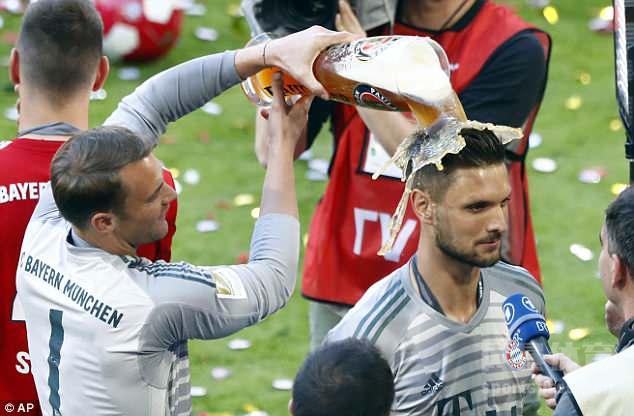 德甲迎来收官之战,拜仁主场输球无碍夺冠庆祝,众将享受啤酒浴。