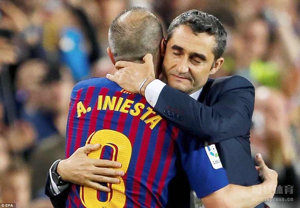 """巴萨与皇家社会第82分钟,伊涅斯塔被换下,他把自己的队长袖标交给了梅西,诺坎普将近10万人响起了""""Iniesta""""的欢呼声,这是伊涅斯塔代表巴萨的最后一场比赛。赛后,伊涅斯塔在诺坎普享受了英雄一般的待遇。"""