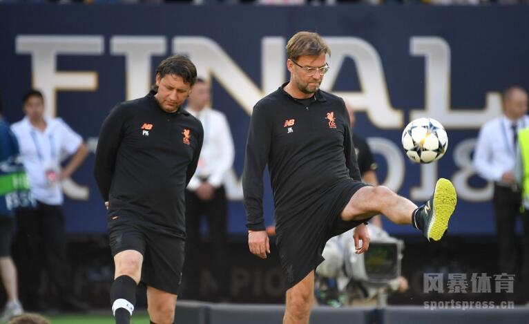 备战欧冠决赛利物浦轻装上阵 萨拉赫与队友谈笑风生。