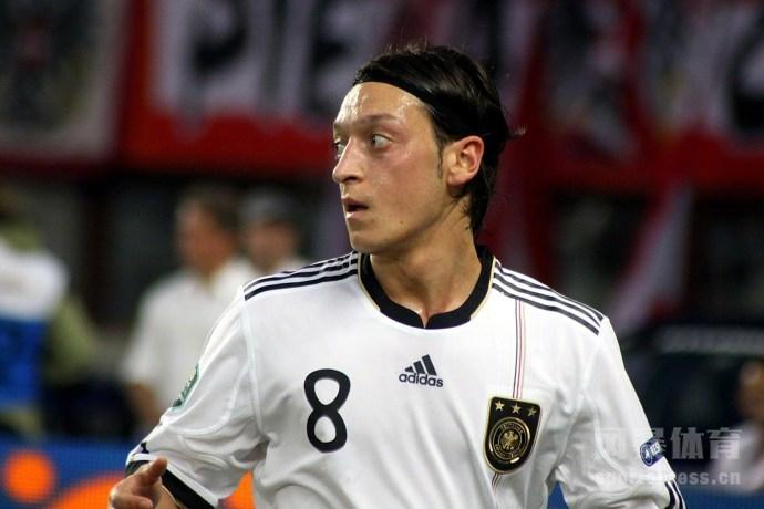 在遭受众多严厉批评后,厄齐尔选择了发布3篇长文谴责德国足协与马特乌斯,并宣布就此退出德国国家队