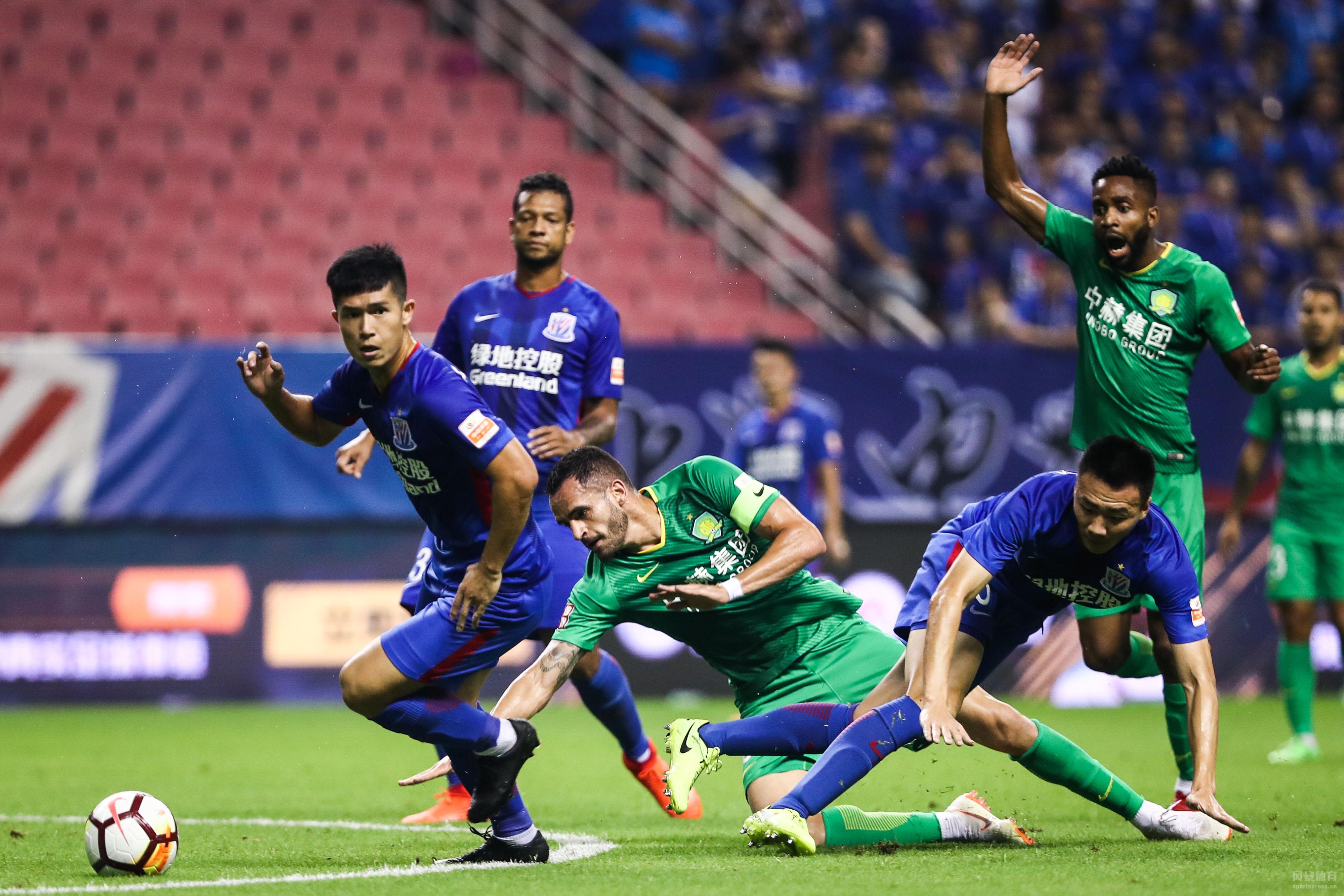 北京时间今晚20:00,中超联赛第14轮,上海申花在主场对阵北京国安。上半场,凭借奥古斯托在上半场补时阶段的进球,国安客场1-0领先申花。下半场,艾迪为申花扳平比分,巴坎布禁区被放倒,但VAR显示越位在先;随后巴坎布破门再度超出比分,2-1。补时阶段,韦世豪不慎自摆乌龙,最终双方2-2战平。