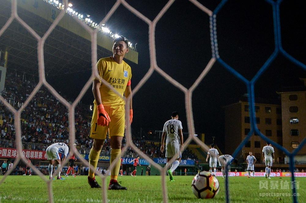 中超联赛迎来广州德比次回合,富力由雷纳迪尼奥取得领先,恒大三外援连进4球反超,扎哈维点球挽回颜面。恒大4-2击败富力豪取4连胜。