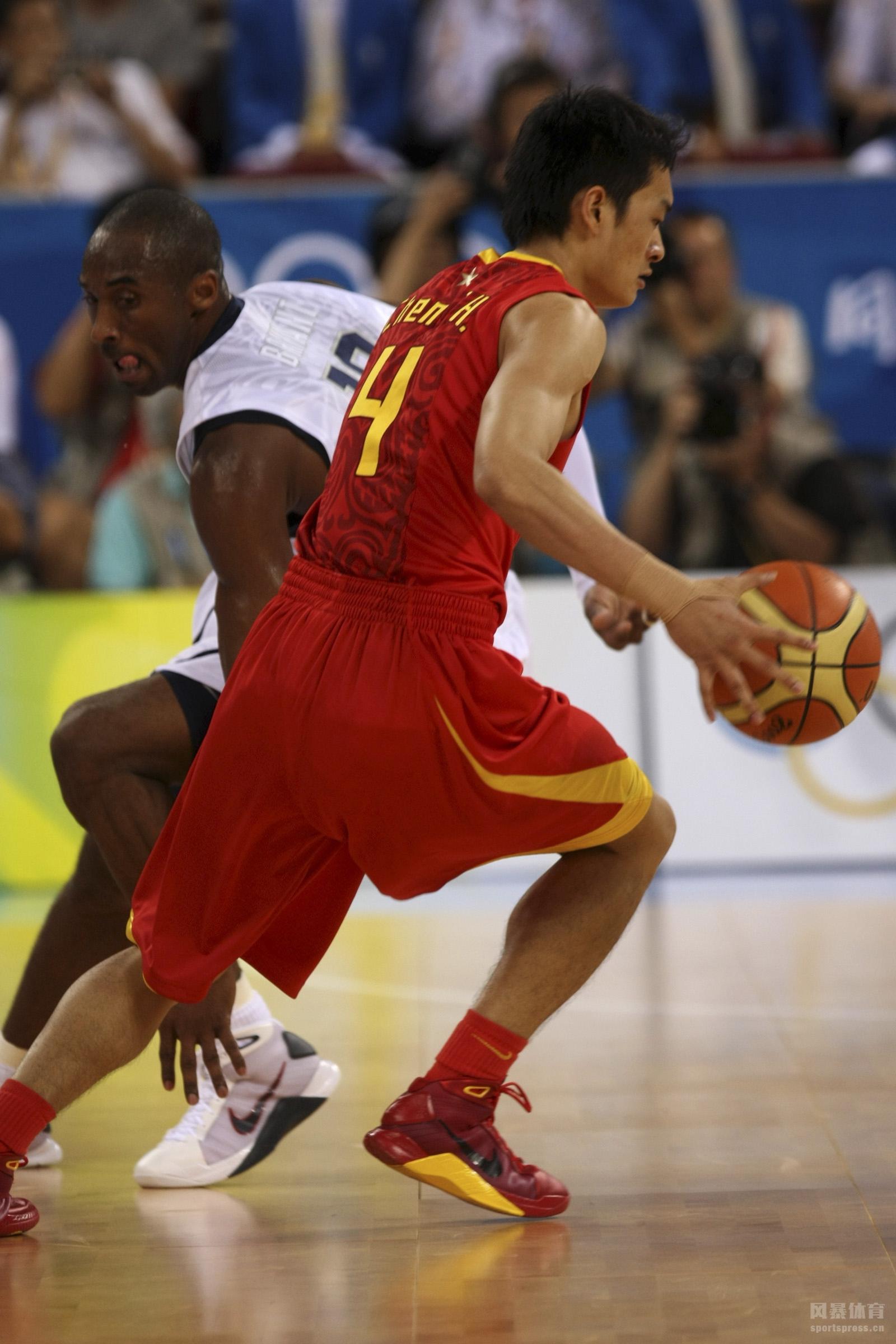 2008年奥运会上男篮首战面对强大的美国男篮。