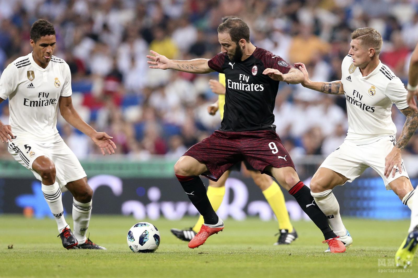 12日,米兰与皇马展开了伯纳乌杯的争夺,开场第二分钟本泽马就闪击得手,随后伊瓜因贴地斩还以颜色,贝尔马约拉尔进球助皇马锁定胜局。最终皇马3-1击败米兰,捧起伯纳乌杯。