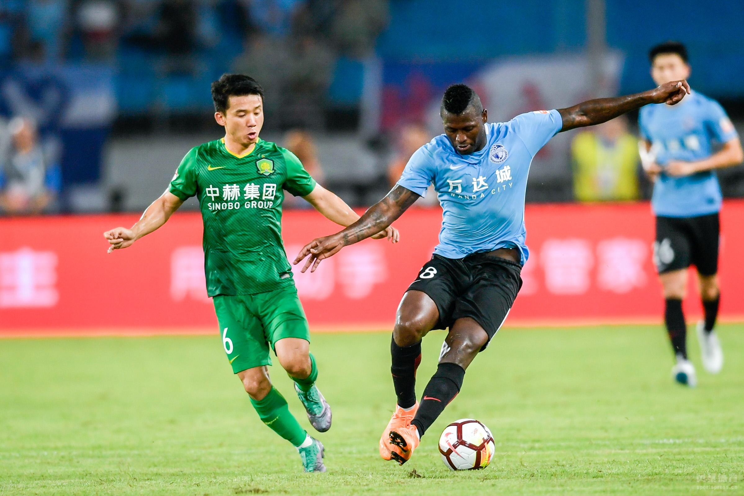 2018赛季中超第18轮在北京工人体育场展开角逐,北京国安坐镇主场迎战大连一方。上半场巴坎布首开纪录,奥古斯托造两球,卡拉斯科造乌龙。下半场朴成和奥古斯托破门,崔明安扳回一城,巴坎布扩大比分。最终北京国安主场5-2战胜大连一方,国安取得两连胜。