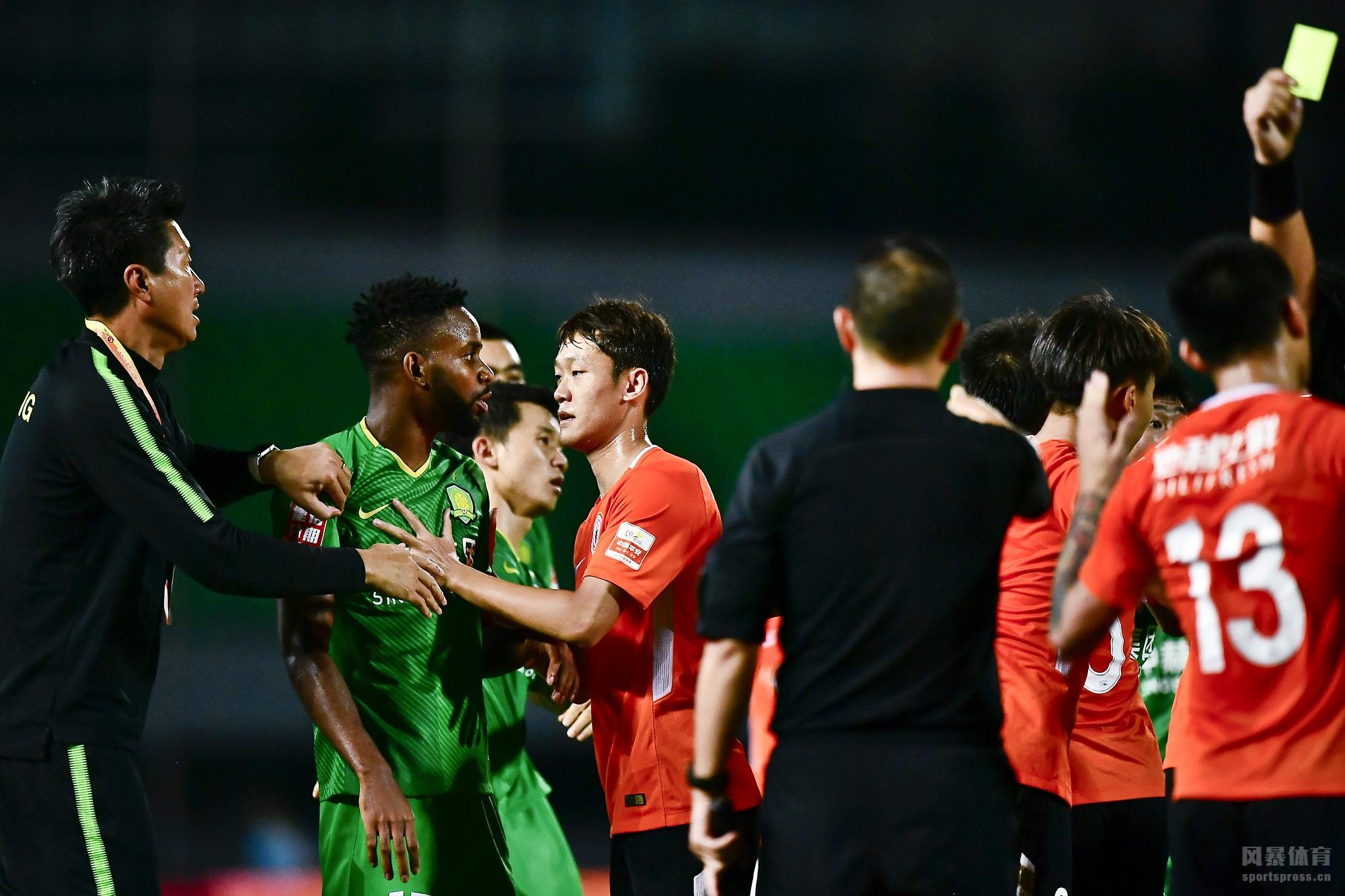 中超联赛第19轮一场比赛在丰台体育中心进行,北京人和主场对阵北京国安。上半场穆坎乔首开纪录,随后姜涛吃到红牌,马西卡再入一球,下半场迪奥普点球破门。最终人和3-0战胜十人国安终结五轮不胜,同时也终结国安十七轮不败的纪录。