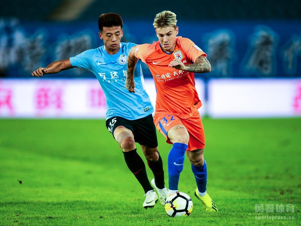 2018中国足协杯半决赛首回合,金敬道抓住对手失误打进唯一进球,鲁能客场取胜占得先机。