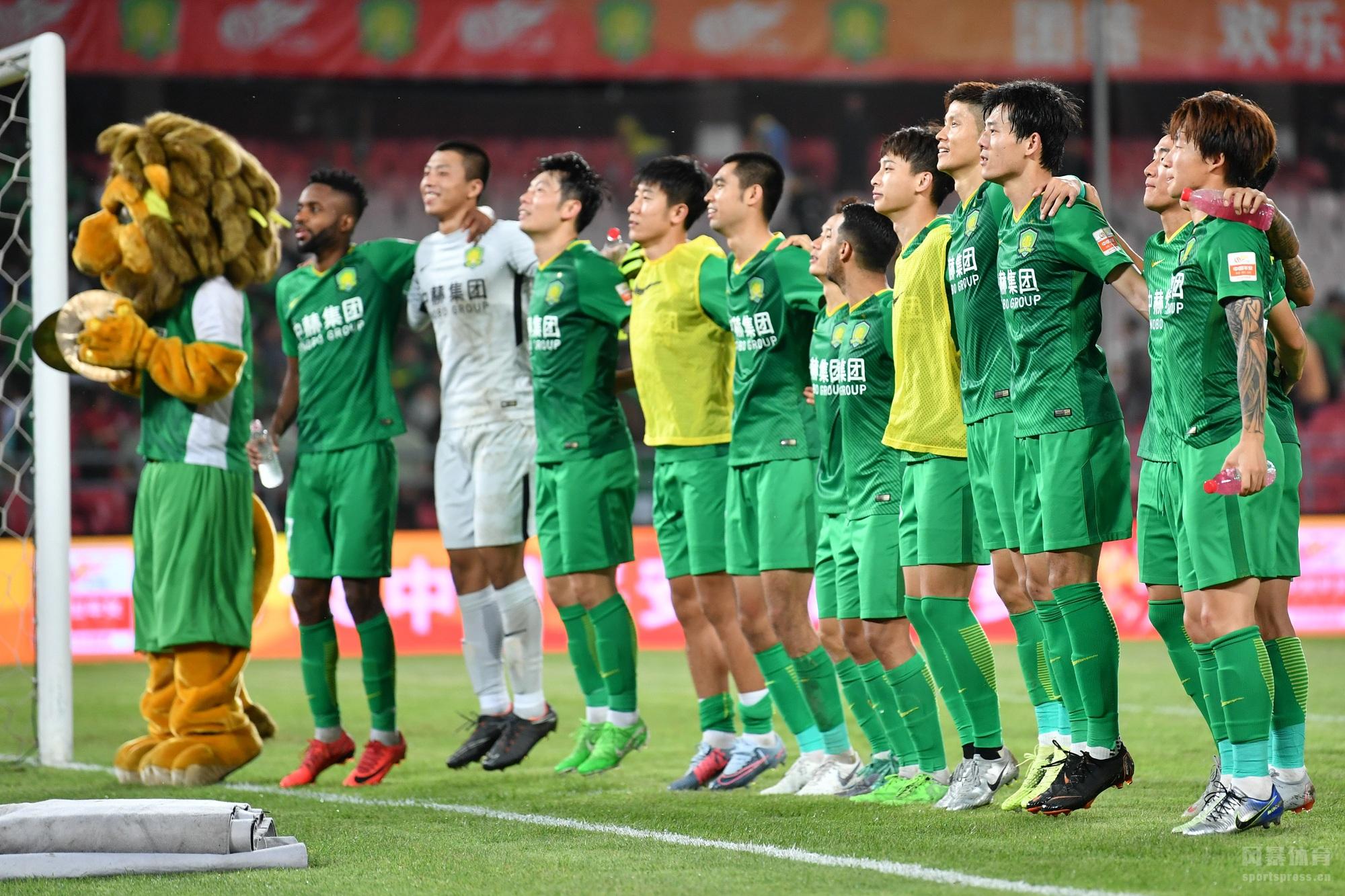 中超联赛第21轮一场比赛在工人体育场进行,北京国安主场对阵重庆斯威。上半场巴坎布错失良机比埃拉打破僵局,半场结束前裁判争议判罚吹掉重庆进球。下半场费尔南迪尼奥世界波扳平比分,比埃拉任意球击中横梁,奥古斯托破门后错失空门。最终国安2-1战胜重庆迎来两连胜,多赛两场领先上港3分继续领跑。