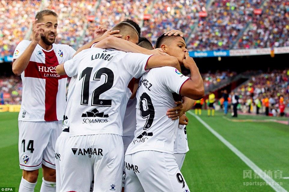梅西2传2射苏牙两球破荒,巴萨8-2韦斯卡。
