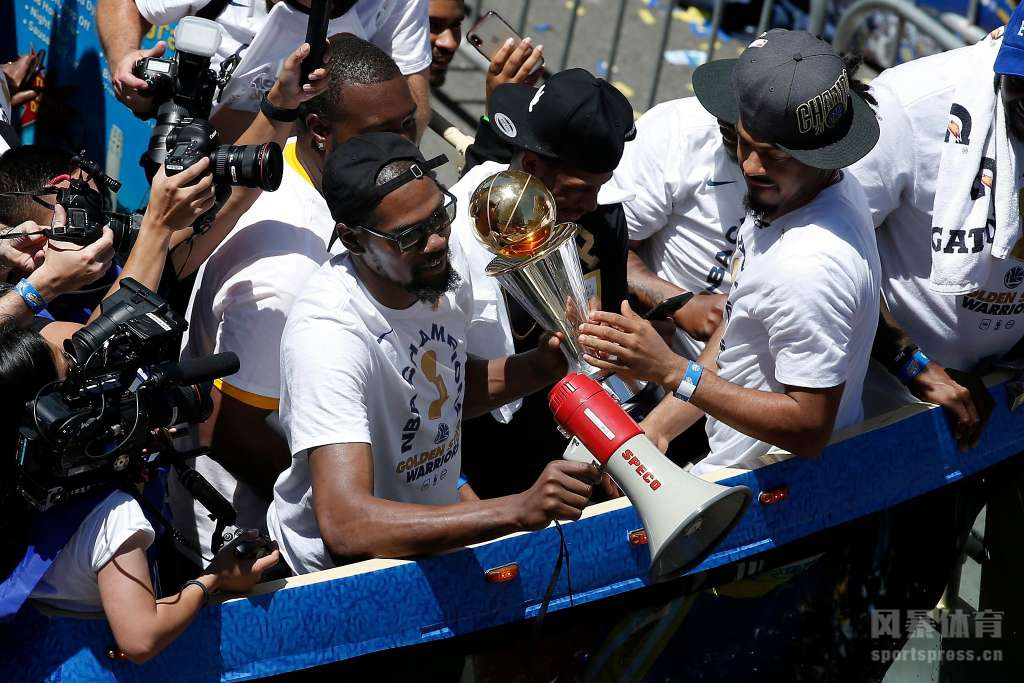 在2017-18赛季的NBA总决赛中,勇士以4-0横扫骑士,拿下近4年来的第3冠,新赛季勇士能完成3连冠的伟业吗?