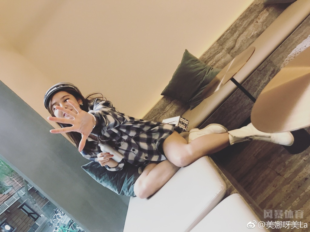 NBA女主播美娜微博晒甜美生活照