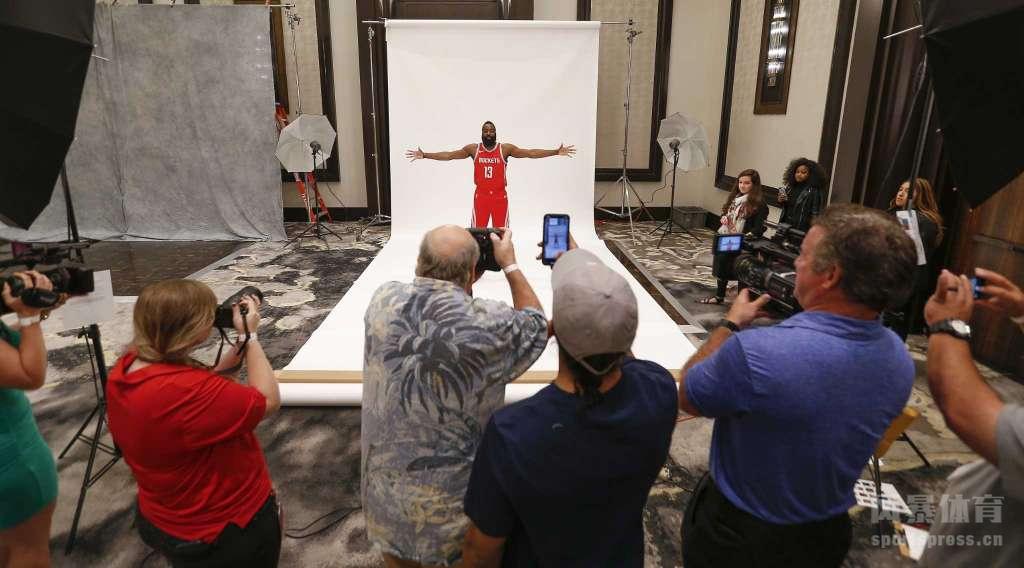 2018年9月24日,美国,休斯敦火箭队媒体日,众球员亮相,拍摄写真。