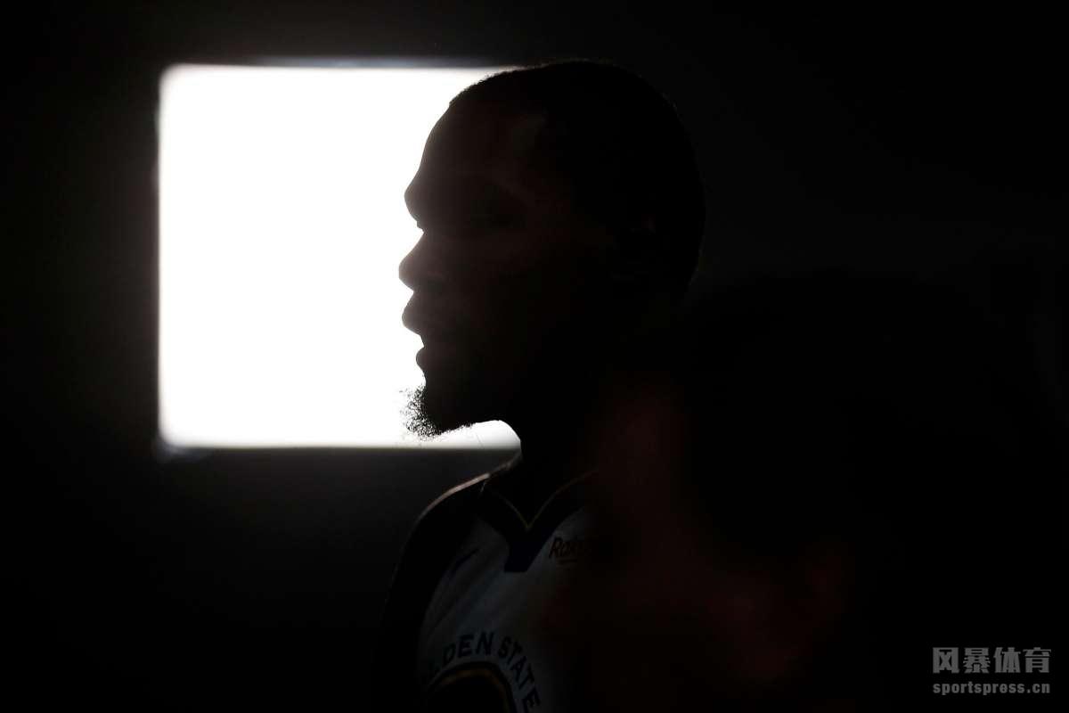 金州勇士媒体日,新赛季勇士5巨头正式亮相。库里,杜兰特秀总冠军奖杯。