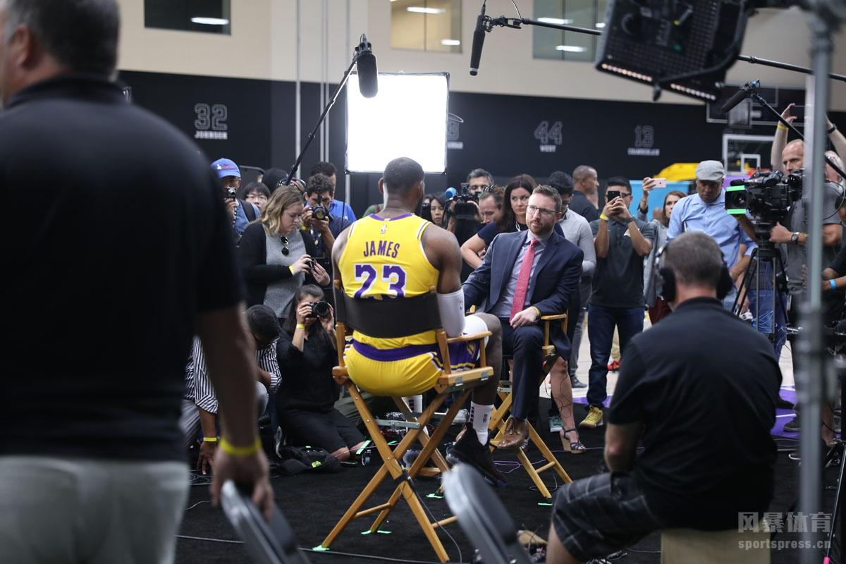 2018-19赛季,洛杉矶湖人队媒体日。小皇帝詹姆斯和湖人众将士接受了媒体采访。