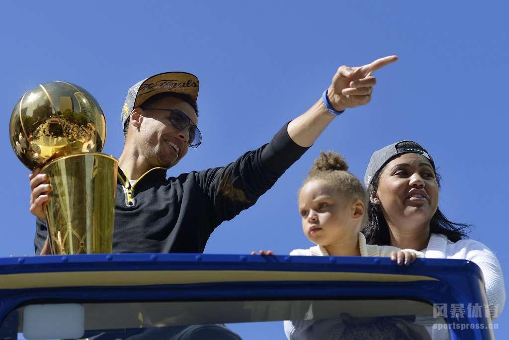 在库里的率领下,勇士近4年拿到了3座总冠军奖杯,个人也凭借出色的表现蝉联联盟MVP。其实库里的成功不止在场上,场下的库里同样是一个人生赢家。
