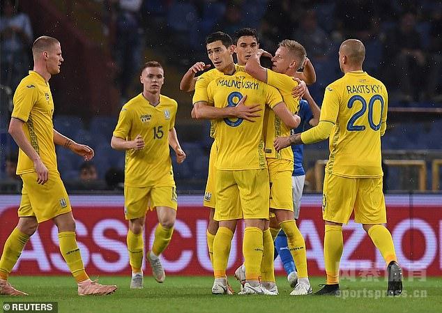 贝纳代斯基远射破门,马利诺夫斯基扳平比分,意大利1-1乌克兰。