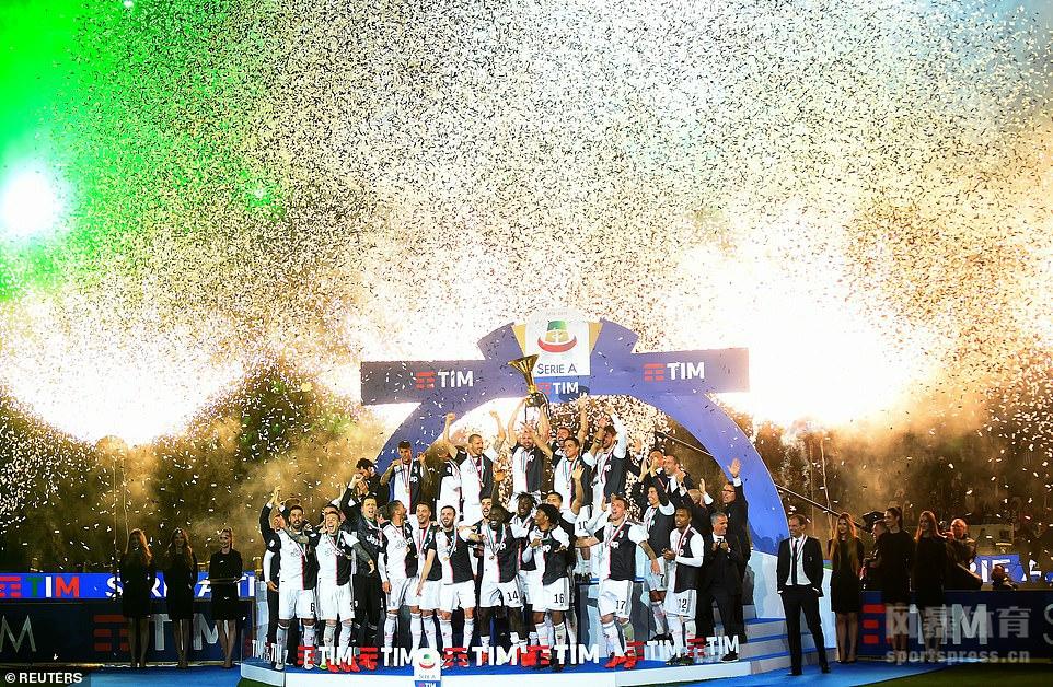 北京时间5月20日意大利都灵,已经提前夺冠尤文图斯迎来了本赛季的最后一个主场比赛,最终1比1打平亚特兰大,比赛结束之后,尤文主场安联球场连续第八年举行盛大的意甲冠军颁奖仪式,C罗当选本赛季意甲MVP,C罗一家人也来到现场庆祝,一起来感受一下尤文球迷的快乐