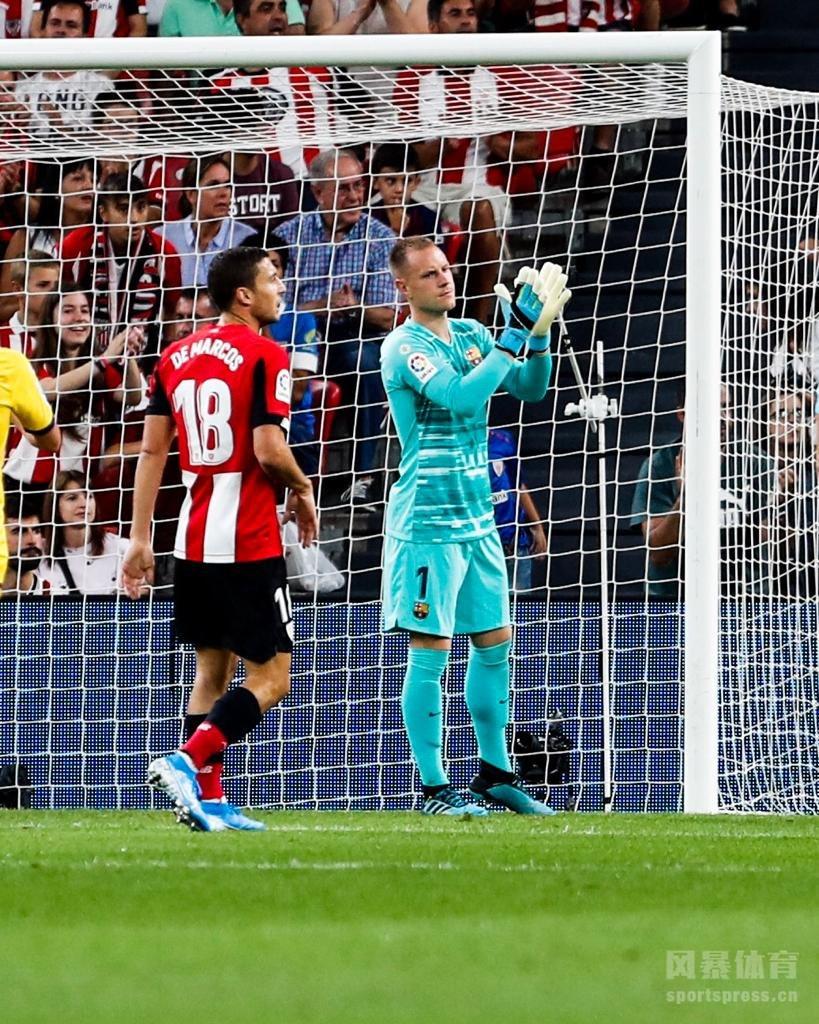 """北京时间8月17日凌晨3点整,2019-20赛季西甲首轮在圣马梅斯球场展开角逐,巴塞罗那客场挑战毕尔巴鄂竞技。上半场苏亚雷斯中柱后伤退,拉菲尼亚中框,下半场阿杜里斯替补倒钩绝杀。最终巴塞罗那客场0-1不敌毕尔巴鄂竞技,巴萨新赛季遭遇""""开门黑""""。"""