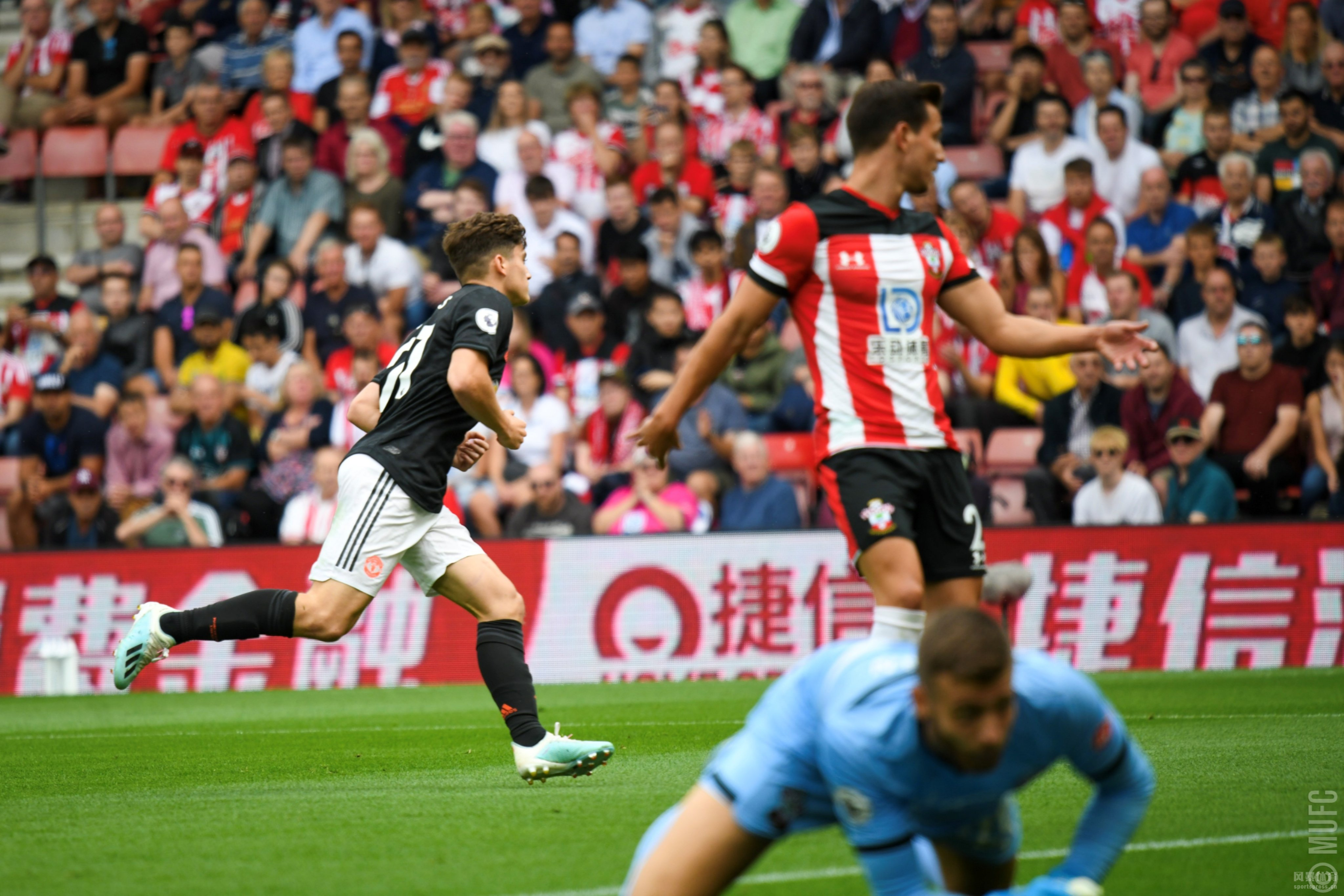 北京时间8月31日19:30,英超联赛第4轮一场比赛在圣玛丽球场进行,南安普敦主场对阵曼联。上半场曼联顶过圣徒开场的疯狂逼抢后,小将詹姆斯劲射破门。下半场韦斯特高头球扳平比分,丹索累积两黄被罚出场。最终曼联客场1-1战平南安普敦连续三轮未能赢球。