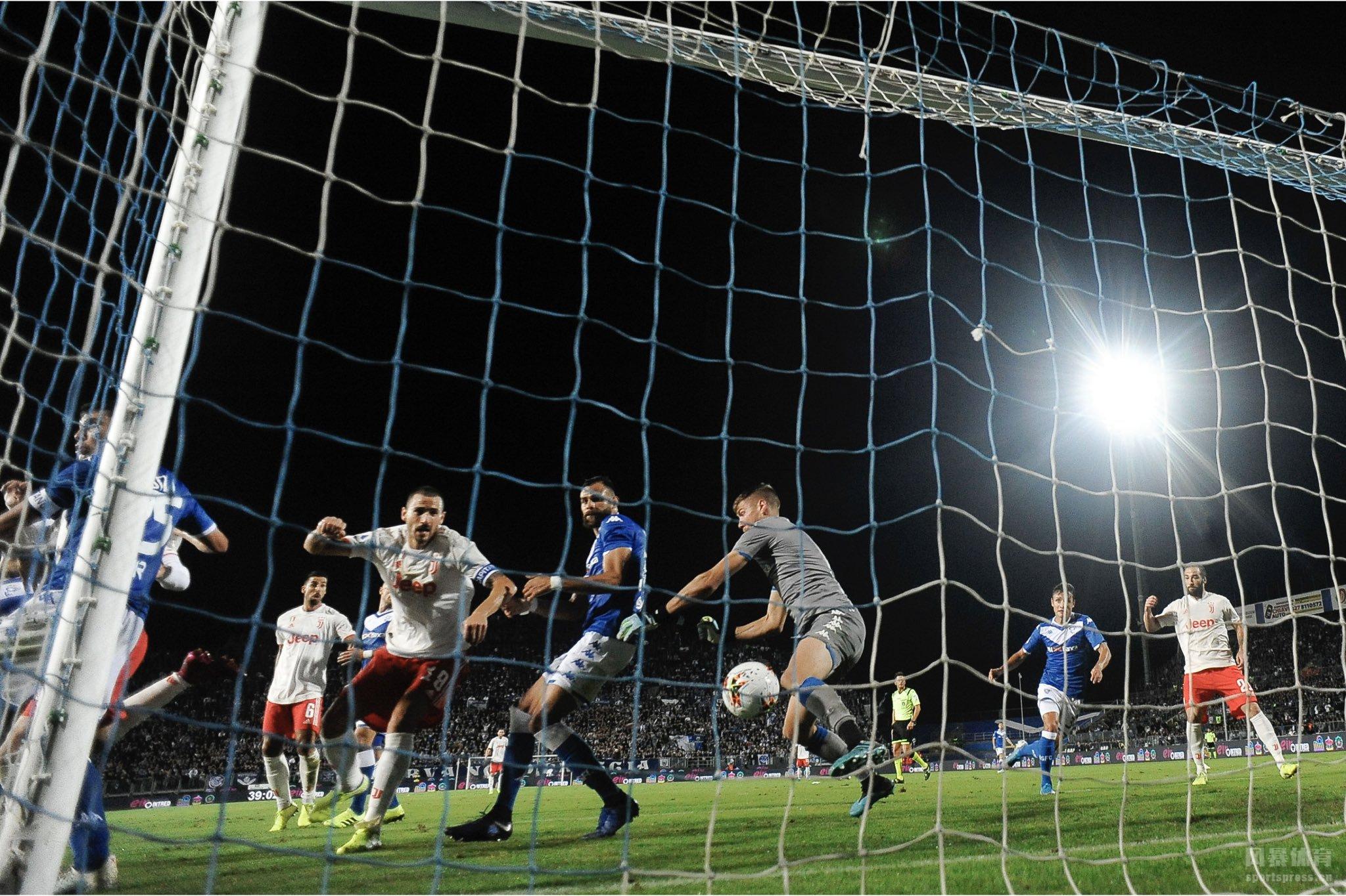 北京时间9月25日凌晨3:00,意甲第6轮一场较量,尤文图斯客场挑战升班马布雷西亚。上半场比赛,多纳鲁马为布雷西亚打破僵局,迪巴拉角球造成对方乌龙,两队1-1战平;下半场比赛,皮亚尼奇的进球帮助尤文反超比分。全场比赛结束,最终尤文图斯2-1客场战胜布雷西亚。