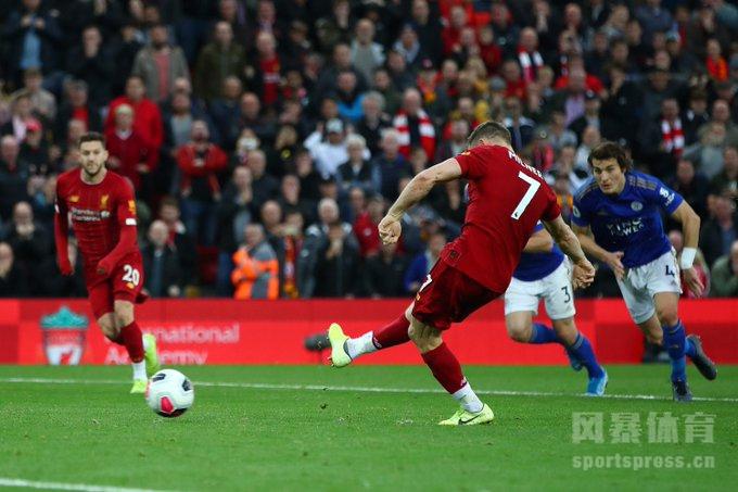 北京时间10月5日晚22点整,2019-20赛季英超第8轮在安菲尔德球场展开角逐,利物浦坐镇主场迎战莱斯特城。上半场马内打破僵局,下半场阿德里安扑单刀,麦迪逊扳平比分,米尔纳点射绝杀。最终利物浦主场2-1战胜莱斯特城,红军豪取联赛跨赛季17连胜,开局取得8连胜领跑英超积分榜。