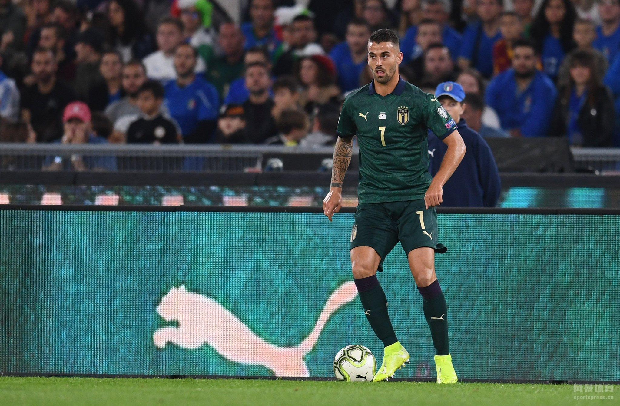 北京时间10月13日凌晨2点45分,欧洲杯预选赛J组一场比赛准时打响,由意大利主场迎战希腊。上半场双方均无建树,意大利稍占场面优势。下半场因西涅造点,若鸟主罚命中,随后贝纳德斯基扩大领先优势。全场战罢,意大利2-0击败希腊,目前以7连胜领跑。