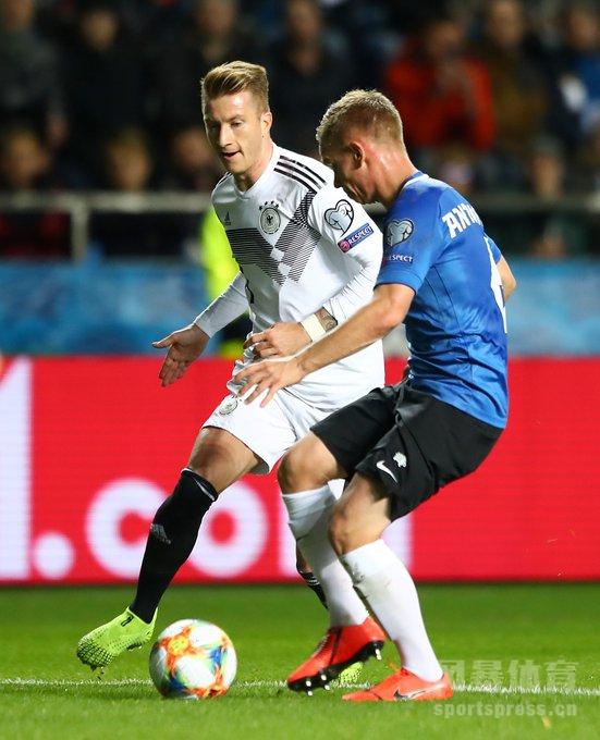 北京时间10月14日凌晨2点45,欧预赛C组第八轮,德国做客挑战爱沙尼亚。上半时双方均无建树,14分钟埃姆雷-詹就被罚下,罗伊斯任意球中横梁。下半时京多安梅开二度,随后他又助攻维尔纳破门。最终,爱沙尼亚0-3不敌十人德国。