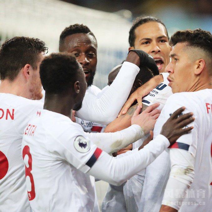 北京时间2019年11月2日晚23:00,2019-2020赛季英超联赛第11轮继续进行,利物浦做客挑战阿斯顿维拉。上半时比赛特雷泽盖利用定位球破门打破僵局,菲尔米诺进球因越位被判无效。下半时比赛利物浦维拉形成围攻,终场前马内首先助攻罗伯逊扳平比分,随后马内补时阶段破门帮助球队完成逆转。最终,利物浦客场2-1击败阿斯顿维拉迎来联赛两连胜。
