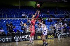 奥运资格赛女篮大胜菲律宾 李月汝篮下强打