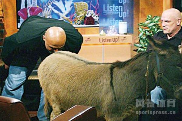 巴克利亲驴事件是怎么回事?巴克利亲驴那场比赛姚明得分多少?