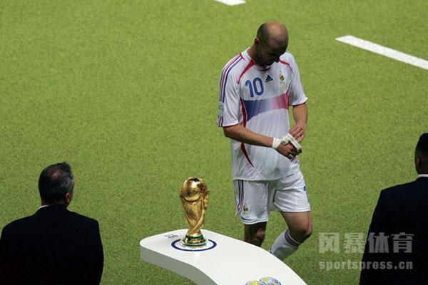 世界杯齐达内顶人怎么回事?齐达内顶人让法国丢了世界杯?