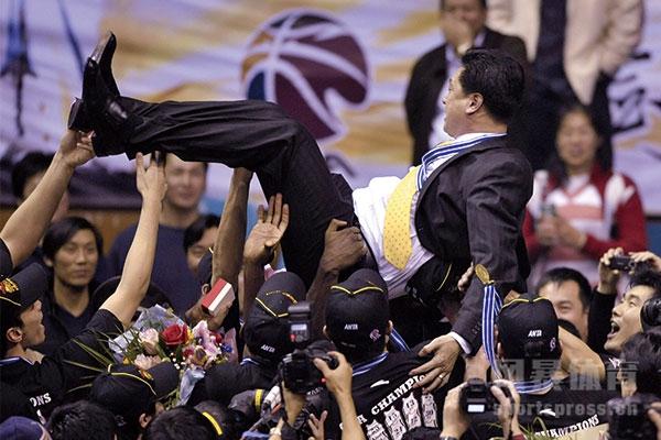 李春江怎么出走广东队的?李春江现在是哪个队的教练?