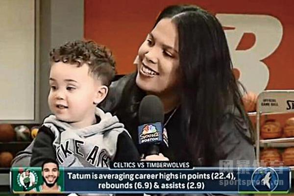 塔图姆39岁的母亲抱着2岁的孙子观看21岁儿子的比赛