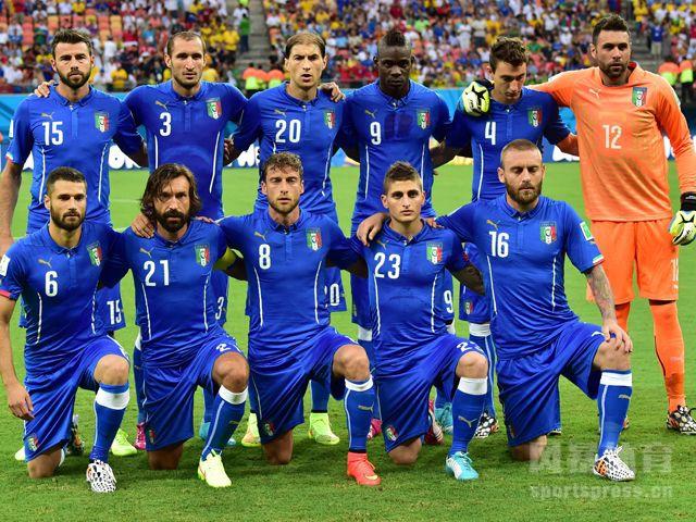 """意大利足球队是最成功的足球队之一,意大利曾赢得四届世界杯冠军。国家队的传统球衣是蓝衫白裤蓝袜。其绰号是Azzurri (蓝色,意大利语),中文绰号""""蓝衣军团""""、""""蓝战士""""。    意大利的第一场国际赛是于1910年5月15日对法国,位于米兰市。自1930年的世界杯以后,意大利就在1934年、1938年卫冕以及于1982年再夺回失去已久的冠军。1934年的那一届由意大利主办,当时决赛意大利在加时以战胜捷克。1938年法国世界杯,当时意大利以4-2击败匈牙利成功卫冕,成为首支成功卫冕世界杯冠军的球队,同时也成为首支非主办国球队夺得世界杯冠军。至今,只有意大利和巴西能成功卫冕世界杯冠军。"""
