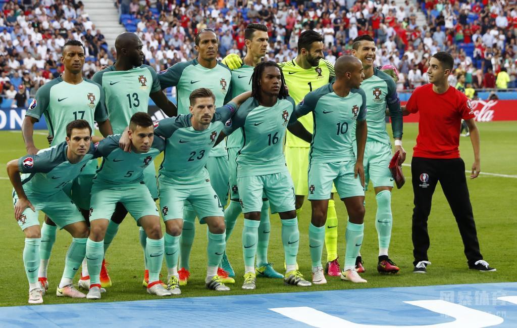 葡萄牙与威尔士的半决赛前,一名葡萄牙球迷闯入场葡萄牙与威尔士的半决赛前,一名葡萄牙球迷闯入场内参与球队合影