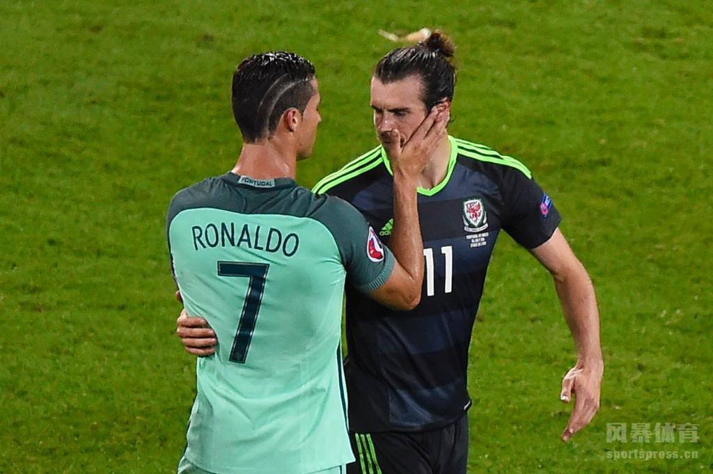 半决赛战胜威尔士后,C罗安慰俱乐部队友贝尔。