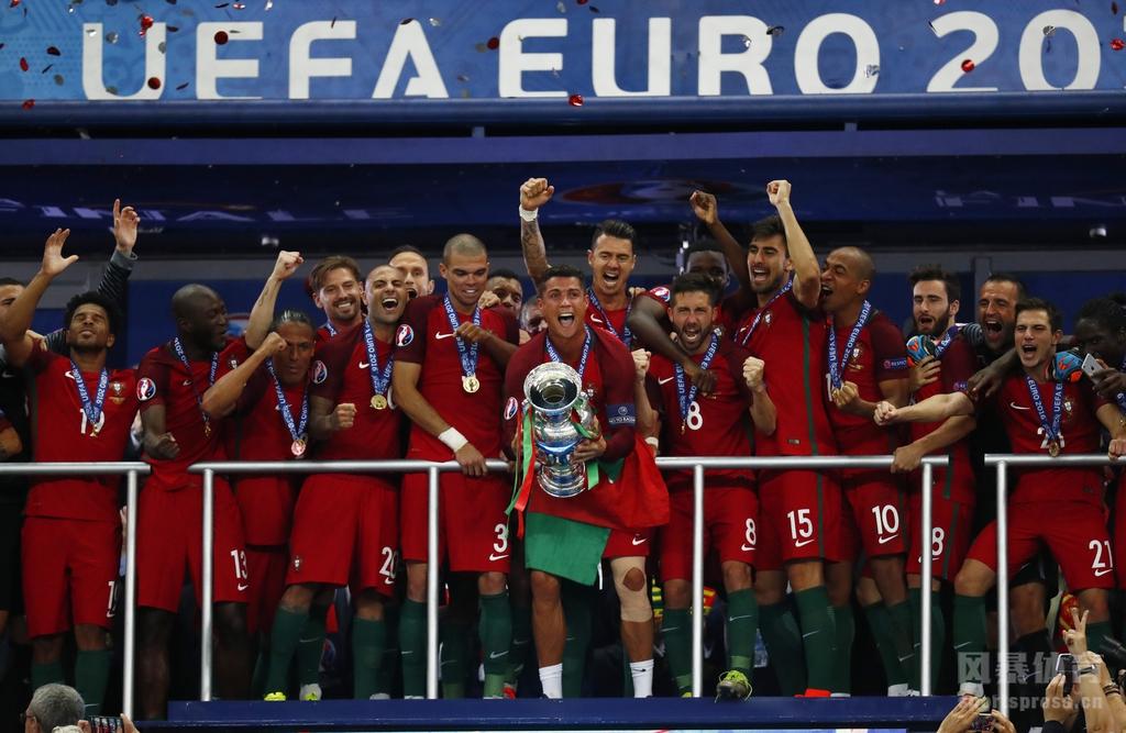 欧洲杯决赛葡萄牙夺冠C罗C罗高举奖杯